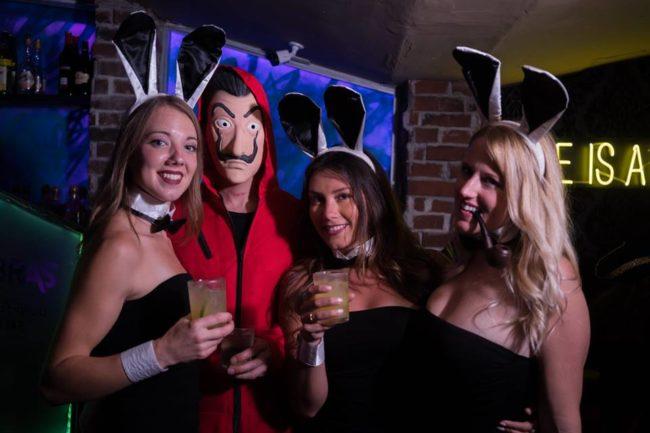 chicas cerca de ti Antigua vida nocturna clubes bares